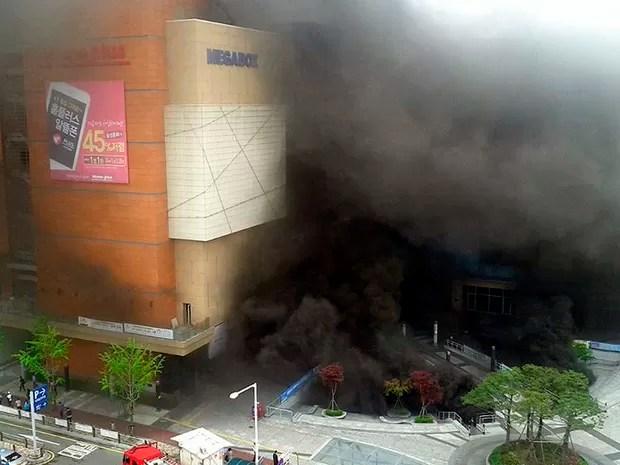 Terminal de ônibus e complexo de lojas em Goyang na China pega fogo matando pelo menos 6 pessoas e deixando mais de 40 feridas (Foto: News1/Reuters)