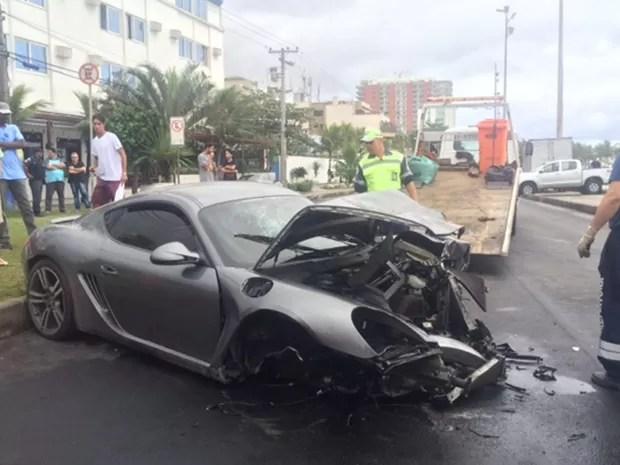 Porsche bateu em caminhonete na Avenida Lúcio Costa, na Barra, na manhã deste sábado (Foto: Matheus Rodrigues / G1)
