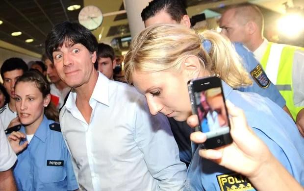 Joaquin Low no desembarque da Alemanha (Foto: AFP)