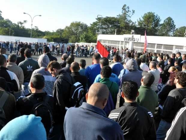 Funcionários da Mabe em Campinas na porta da fábrica no Distrito Industrial (Foto: Robson B. Sampaio/Divulgação Sindicato dos Metalúrgicos)