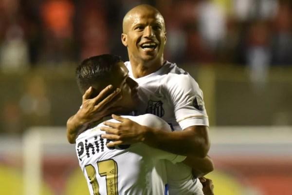Derlis González e Carlos Sánchez comemoram gol pelo Santos — Foto: Divulgação / Santos FC