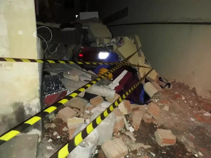 Carro da família que teve a casa destruída por uma explosão de gás foi atingido pelos escombros, em Campinas, em 13 de junho (Foto: Defesa Civil/Divulgação)