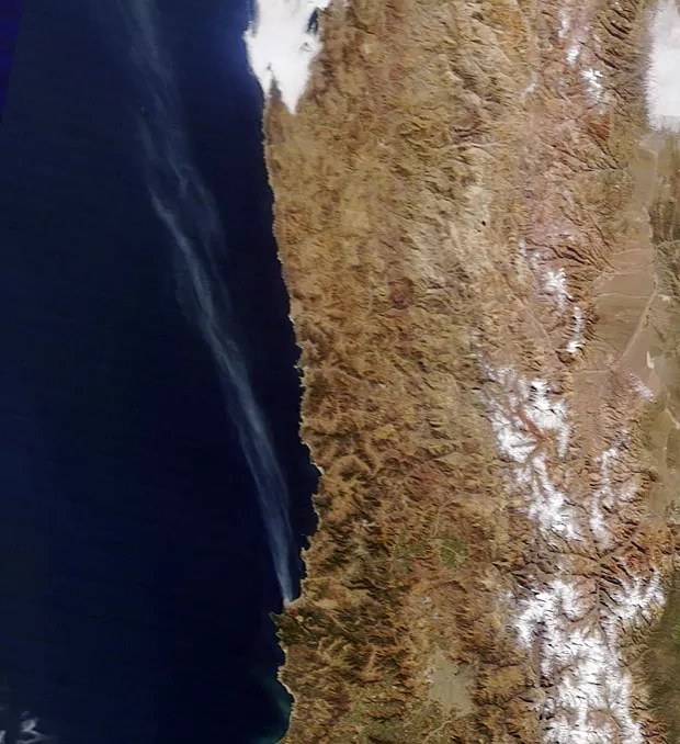 Imagem de satélite de Nasa captou fumaça gerada pelo incêndio em Valparaíso no dia 13 de abril (Foto: Nasa Courtesy Lance/Eosdis Modis /AFP)