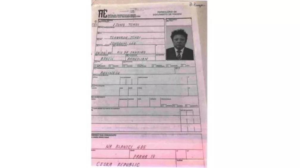 Formulário de viagem em nome de Ijong Tchoi, nome supostamente usado por Kim Jong-il, preenchido para emissão do passaporte na Embaixada do Brasil em Praga (Foto: BBC)