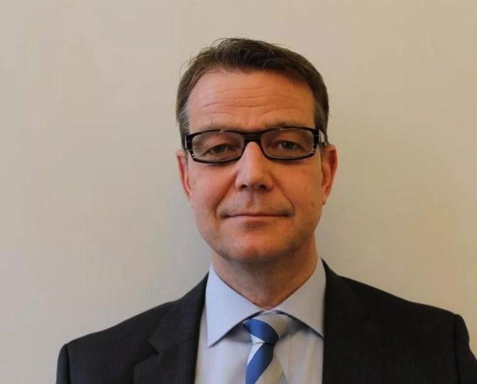 Juiz Carsten Helland gargalhou ao ser questionado se magistrados suecos considerariam reivindicar benefícios extra-salariais — Foto: BBC