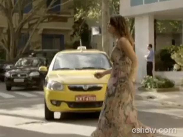 Juliana atravessa a rua e nem vê o táxi vindo (Foto: Em Família/TV Globo)