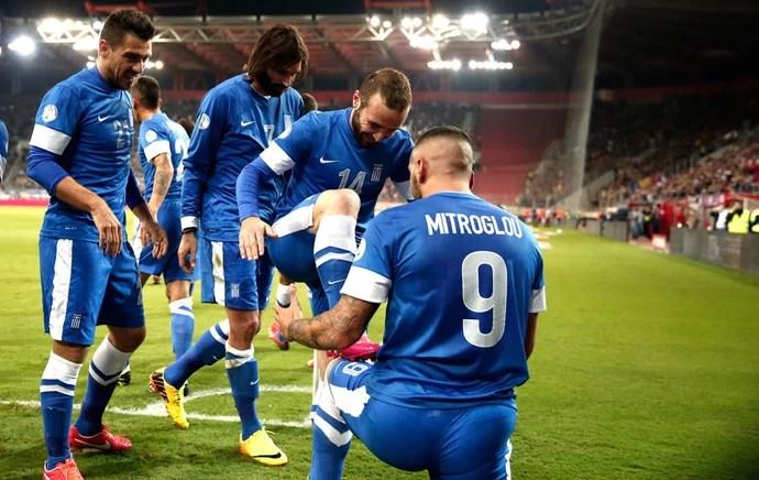 Kostar Mitroglou comemora gol da Grêcia contra a Romênia (Foto: Agência AP )