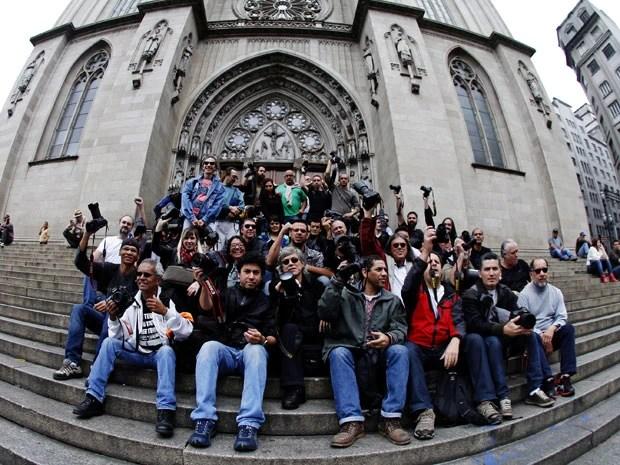 Fotógrafos fizeram um protesto na manhã deste domingo (16), em frente à Catedral da Sé, no Centro de São Paulo, contra a violência policial na repressão dos protestos contra o aumento de tarifas em São Paulo. No quarto dia de manifestação, na quinta-feira (13), a repórter Giuliana Vallone, da Folha de São Paulo, e o fotógrafo Sérgio Andrade da Silva, da Futura Press, foram atingidos por disparos de bala de borracha no olho. O fotógrafo passou por cirurgia e faz tratamento para recuperar a visão. Segundo a Folha, sete de seus profissionais foram atingidos  (Foto: Léo Pinheiro/Futura Press/Estadão Conteúdo)