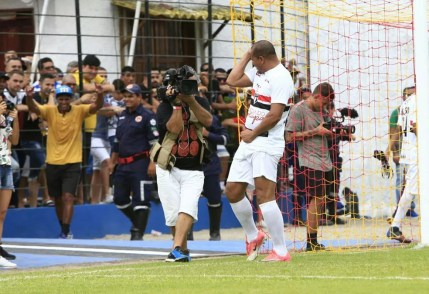 Aloísio comemora gol dançando forró (Foto: Aílton Cruz/ Gazeta de Alagoas)