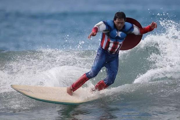 Participante competiu fantasiado de Capitão América (Foto: Lucy Nicholson/Reuters)