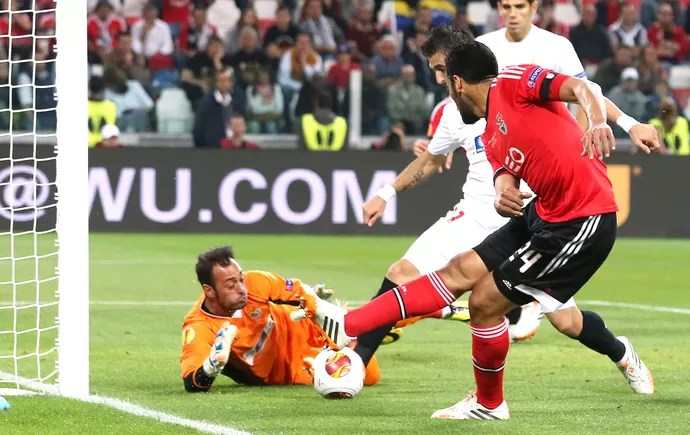 Garay e Beto Sevilla e Benfica (Foto: Agência AP )