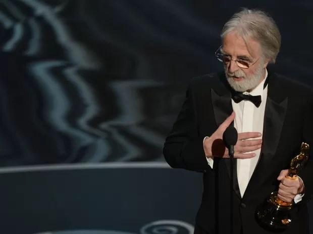 O diretor austríaco Michael Haneke segura a estatueta de melhor filme estrangeiro, vencida no Oscar 2013 por 'Amor' (Foto: Robyn Beck/AFP)