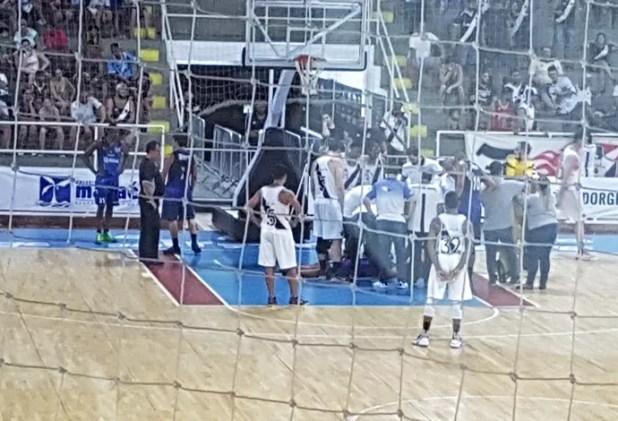 Ala Rafael, do Macaé, fica caído e preocupa companheiros e rivais (Foto: Matheus Palmieri)