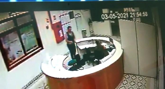 Mulher aparece na recepção da maternidade conversando com uma funcionária  — Foto: Reprodução