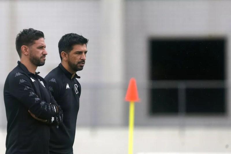 Osmar Ferreyra e Emiliano Diaz tocam os treinos do Botafogo enquanto Ramón Díaz se recupera — Foto: Vitor Silva/Botafogo