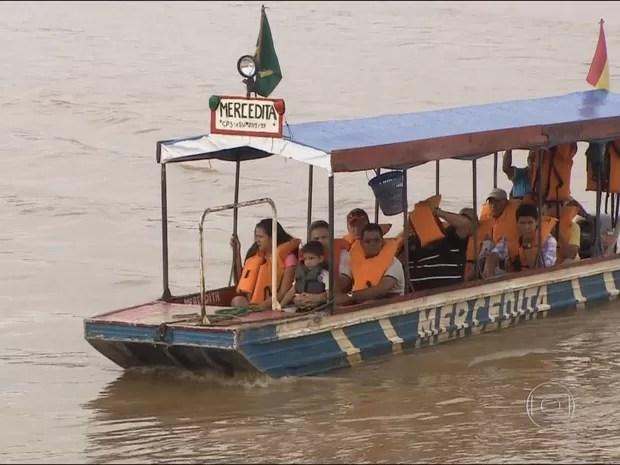 Bolivianos chegam em Guajará-Mirim de barco, no Rio Mamoré (Foto: TV Globo/ Reprodução)