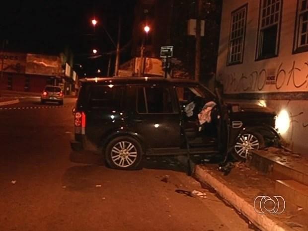 Dentro de carro, homem atira na namorada e tenta se matar, em Luziânia, Goiás (Foto: Reprodução/TV Anhanguera)