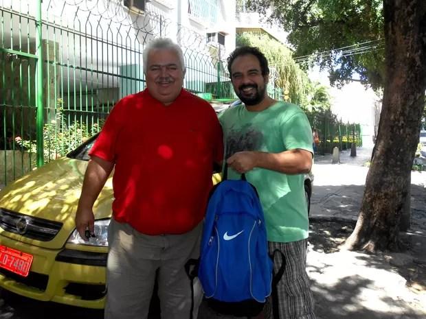Marcus, de camiseta verde, fez questão de tirar uma foto com Valdir quando recebeu de volta a mochila com as duas câmeras. (Foto: Arquivo pessoal/ Marcus Galiña)