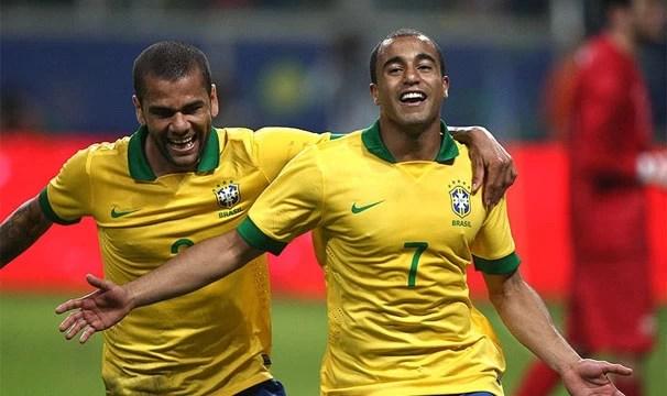 Daniel Alves e Lucas foram destaque da seleção no último jogo (Foto: Mowa Press/Reprodução: Globoesporte.com)