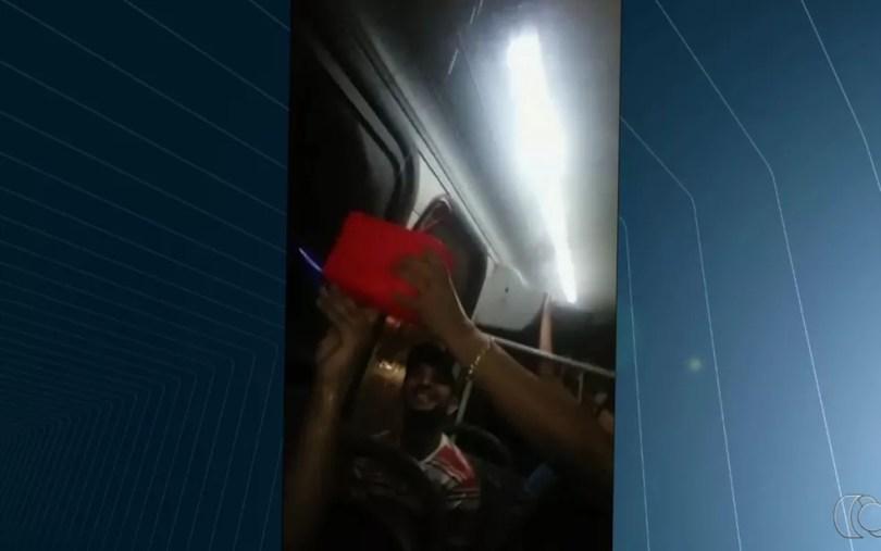 Passageira flagra goteira dentro de ônibus em Goiânia, Goiás (Foto: Reprodução/TV Anhanguera)