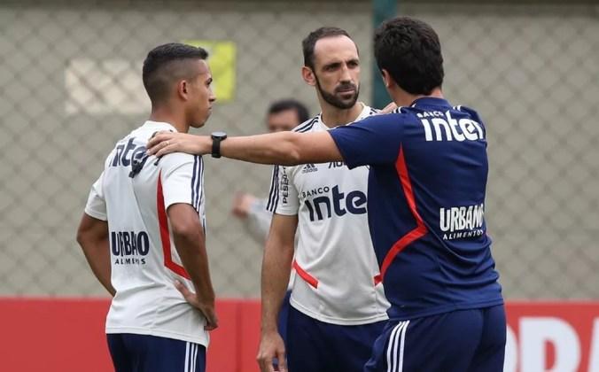 Fernando Diniz com Igor Vinícius e Juanfran em treino do São Paulo — Foto: divulgação São Paulo