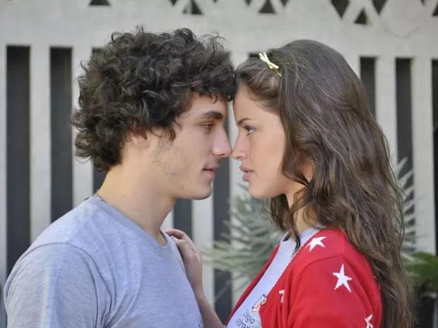 Ju faz doce, mas acaba aceitando pedido de namoro de Dinho (Foto: Malhação / Tv Globo)