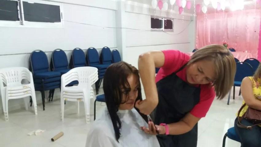 Corte de cabelo foi um dos serviços de beleza realizados (Foto: Carlos Alberto Jr/G1)