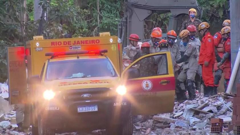 Bombeiros retiram mais um corpo dos escombros de dois prédios na comunidade da Muzema, na Zona Oeste do Rio — Foto: Reprodução/ TV Globo