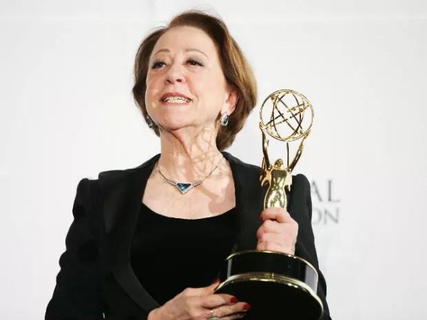 Fernanda Montenegro mostra prêmio Emmy Internacional (Foto: Neison Barnard/ Getty Images North America/ AFP)