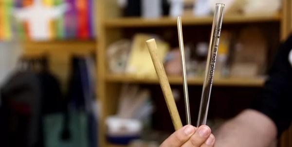 Além do canudo de papel, existem opções em bambu, inox e vidro (Foto: Marcos Serra Lima/G1)