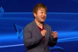 Yoshi Ono, produtor da série Street Fighter, durante o lançamento do PS4. (Foto: Reprodução)