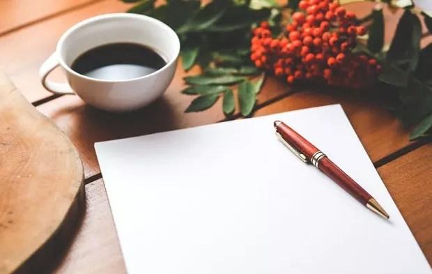 Café - escrever - descansar - relaxar - descanso - fora do trabalho - pensamentos bons - paz (Foto: Pexels)