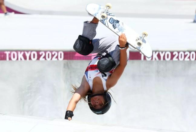 Sky Brown faz uma manobra na final do skate park — Foto: REUTERS/Mike Blake