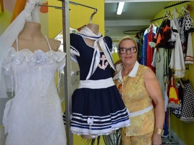 Terezinha ajuda o filho no atendimento ao cliente e na administração do ateliê (Foto: Marina Fontenele/G1)