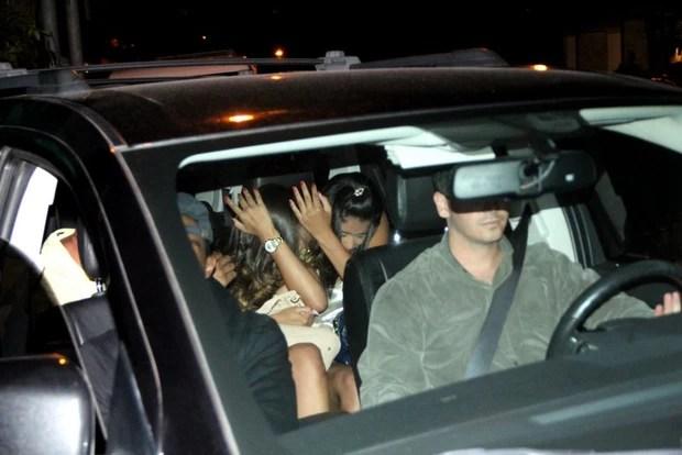 Justin Bieber no carro após deixar a termas (Foto: Francisco Silva/Agnews)