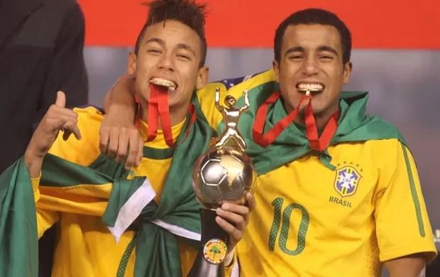 Neymar e Lucas comemoram o título Sul-Americano em Arequipa (Foto: Mowa Press)