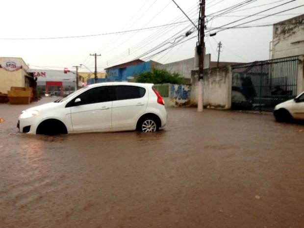 Água acumulada da chuva prejudicou tráfego na Avenida Carmindo de Campos. (Foto: Marcos Landim / TVCA)