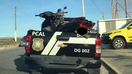 Motocicleta roubada foi apreendida pela polícia em Campo Alegre, Alagoas — Foto: Ascom/PC-AL