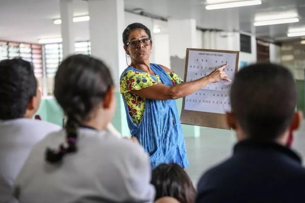 Professora Marta Maria de Almeida Arcanjo Hassenteufel ensinava matemática com notas musicais tocadas em flautas doces.  — Foto: Fábio Tito/G1