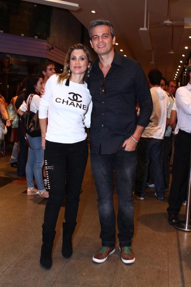 Flávia Alessandra curte noite de teatro com o marido (Foto: RAPHAEL MESQUITA / FOTO RIO NEWS)