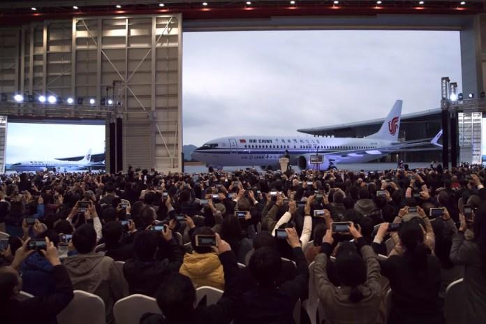 Foto de arquivo mostram convidados que tiraram fotos do avião Boeing 737 Max 8 entregue à Air China em 15 de dezembro de 2018  — Foto: Chinatopix via AP
