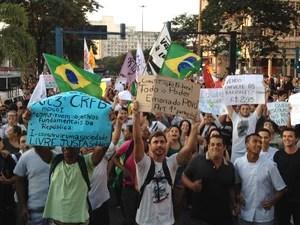 Grupo de manifestantes marcou protesta contra aumento das passagens de ônibus na Praça Arariboia (Foto: Priscilla Souza/ G1)