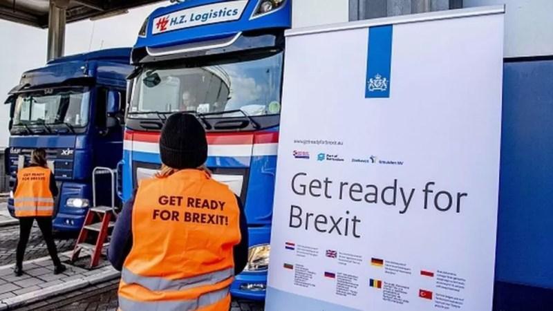 Motoristas sendo alertados para impactos do Brexit no terminal de Rotterdam, na Holanda; transportar produtos como carnes e laticínios para consumo pessoal passa a ser proibido — Foto: GETTY IMAGES/BBC