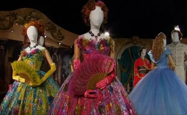 Figurinos do filme Cinderela, que estão expostos em mostra de Londres (Foto: Reprodução/G1)