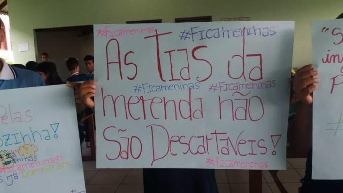 Com cartazes, estudantes lotaram o pátio do colégio após demissão de merendeiras — Foto: Mazinho Rogério/G1