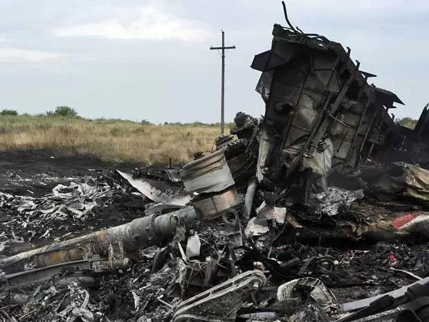 Destroços do avião da Malaysia Airlines um dia após queda no leste da Ucrânia. (Foto: Dominique Faget / AFP Photo)