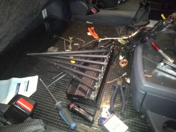 Criminosos usavam capetinha, aparelho que inibe sinal de rastreador do caminhão (Foto: Divulgação / PM)