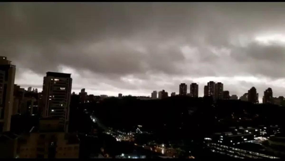 Dia vira 'noite' em SP com frente fria e fumaça vinda de queimadas na região da Amazônia