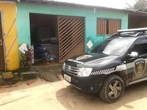 Em Macaíba, policiais civis fazem buscas na residência do suspeito de ser o mentor da chacina (Foto: Felipe Gibson/G1)