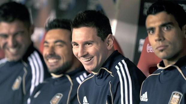 Messi banco de reservas jogo Argentina Colômbia (Foto: AFP)